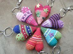 Herz gehäkelt / crochet heart by Kerstin Arnold Hallo, anbei eine Anleitung für ein gehäkeltes Herz, das prima als Schlüsselanhänger geeignet ist. Es ist meine erste selbst erstellte Anleitung, ich hoffe, dass sie einigermaßen verständlich ist. Sonst meldet euch bitte.