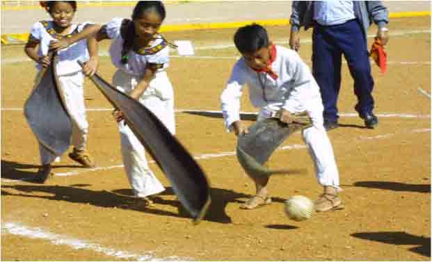 """Juego de Corozo: il gioco è praticato nella parte orientale del Messico del sud, nella regione del Messico del sud, nella regione del Tabasco. Il nome del gioco è dovuto allo strumento utilizzato, proveniente da una palma conosciuta con il nome di """"Corozo"""", caratteristica proprio di quella regione. Partecipano sia uomini che donne, dai 6 anni in su."""