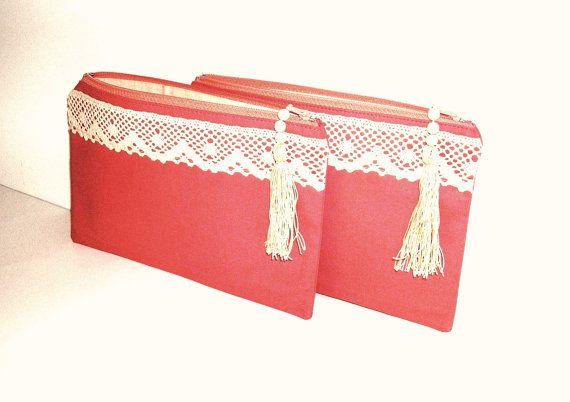 Cette liste est pour demoiselle dhonneur deux Linnen embrayages, entièrement faits à la main  Ces embrayages sont fabriqués à partir de tissu lin coton naturel avec une sensation agréable et la texture.  Vous pouvez utiliser ces pochettes printemps romantique, simples, comme le classique élégant embrayages, bridesmaides embrayages, sacs de mariage de plage, sacs à cosmétiques, ou ce que vous voulez.  Ces élégants linnen embrayages se termine par quelques fermetures agréable, ornés de franges…