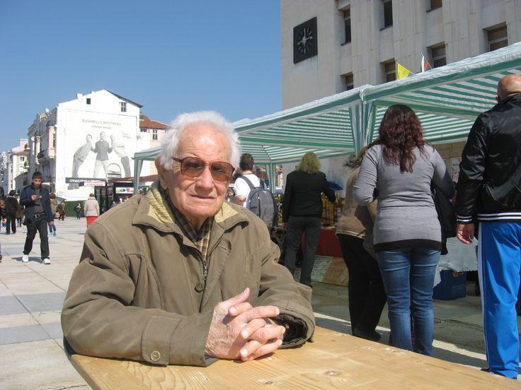 95-годишният пчелар бай Георги Тодоров издаде своята наистина магическа рецепта за здраве – болест не го лови от години!Той е на преклонните 95 лазарника, но болест не го е ловила от години. Това е известният пчелар бай Георги Тодоров, който отдавна предс