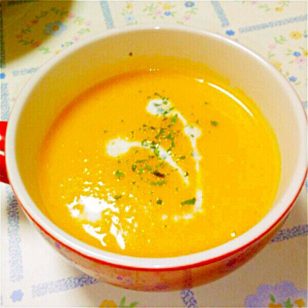 耐熱容器にコンソメ、水、カボチャ、玉ねぎを入れてレンジで加熱。 カボチャが柔らかくなったら、牛乳を加えてブレンダーで撹拌。 塩胡椒で調味。 私は保温調理鍋に移して加熱するけど(保温の為)、面倒な人はレンジで再加熱しても。 - 23件のもぐもぐ - レンジで簡単パンプキンスープ☆pumpkin soup by blueapplec5