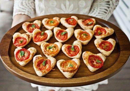 Lasse Idee für originelles Fingerfood. Blätterteig mit einer Kuchen Herzform ausstechen, Pizzakäse und Tomaten darauf legen und ab in den Ofen.