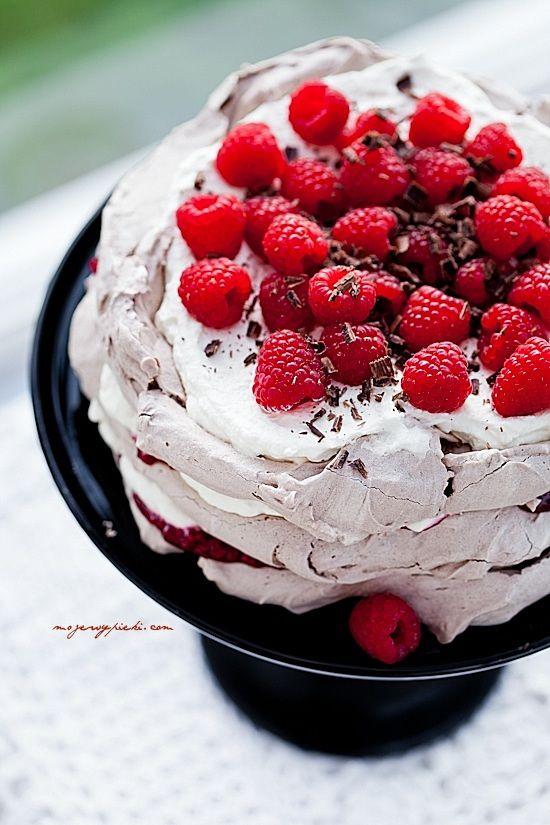 Czekoladowy tort bezowy z malinami