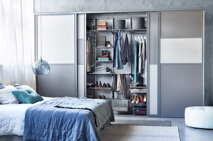 Bedroom with Elfa platinum storage solutions and Estetic profiled sliding doors.