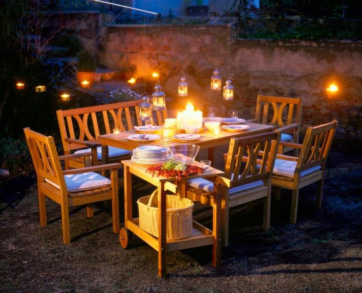 una mesa y algunas sillas unas cuantas velitas y buena compaa