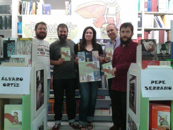 En @Vivalibros (Librería París), en la presentación del libro de Pepe Serrano y Álvaro Ortiz, 'Pepónman' de Nalvay Editores. Así posan de felices los autores, los editores y el librero César Muñío.