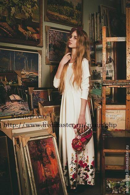 платье в пол `Красные цветы`. Платье в пол,выполнено из хлопкового трикотажа, молочного цвета с цветочным орнаментом внизу для девушек и женщин, которые не боятся насыщенных цветов и оригинальных решений. Этот наряд станет отличным вариантом для…