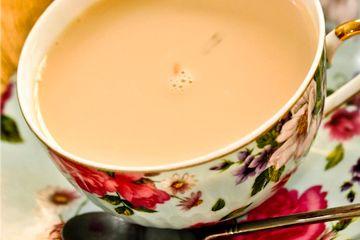 Chá de Gengibre com Inspiração britânica  1 xícara (chá) de água  1/2 xícara (chá) de leite  1 sachê de chá preto de sua preferência (Earl Grey é o tradicional inglês que eu usei)  1 pau de canela  1 colher (sopa) de doce de leite