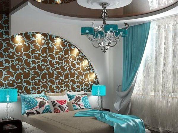 шторы насыщенного бирюзового цвета в интерьере спальни