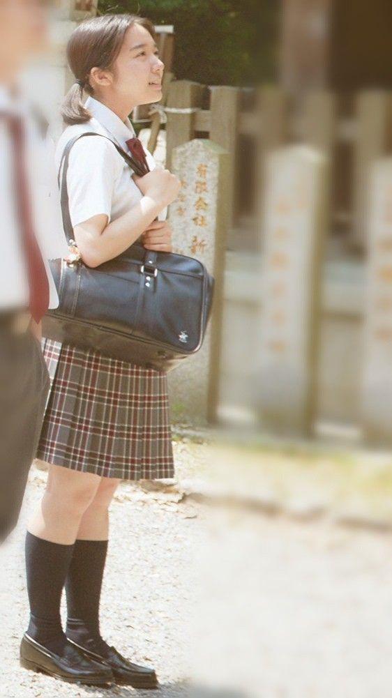ミニスカート姿の上白石萌音さん
