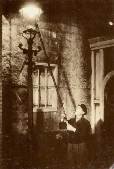 De lantaarnpaalopsteker was een dagelijkse verschijning in steden met een straatverlichting op gas.  Het schilderachtige maar slecht betaalde beroep verdween  met de komst van de elektrische straatverlichting.