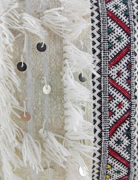 Cuscino realizzato a mano in morbida lana, con frange e paillettes in metallo lucido. I cuscini handira sono di una bellezza senza tempo e con la loro morbidezza ed il candore del loro colore si inseriscono perfettamente in ogni tipo di arredamento, donandogli una speciale poesia e un tocco di unicità e raffinatezza #handiracushion #HomeDecor #GlobalStyle #boho #bohemian #etnico #shabbychic