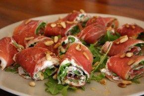 Rauwe ham, roomkaas of kruidenroomkaas (bijv bieslook) en geroosterde pijnboompitjes