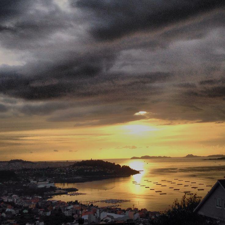 Preciosa puesta de sol en una tarde nublada en Vigo.  #vigo #galicia #ria #riadevigo #oceano #islas #islascies #cies #bateas #barccos #sol #puestadesol #nubes #oscuro #tormenta #puestadesol