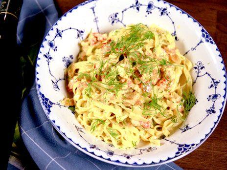 Pasta med gräddig och smakrik pastasås med kräftstjärtar, getost och curry. Snabblagad middag!