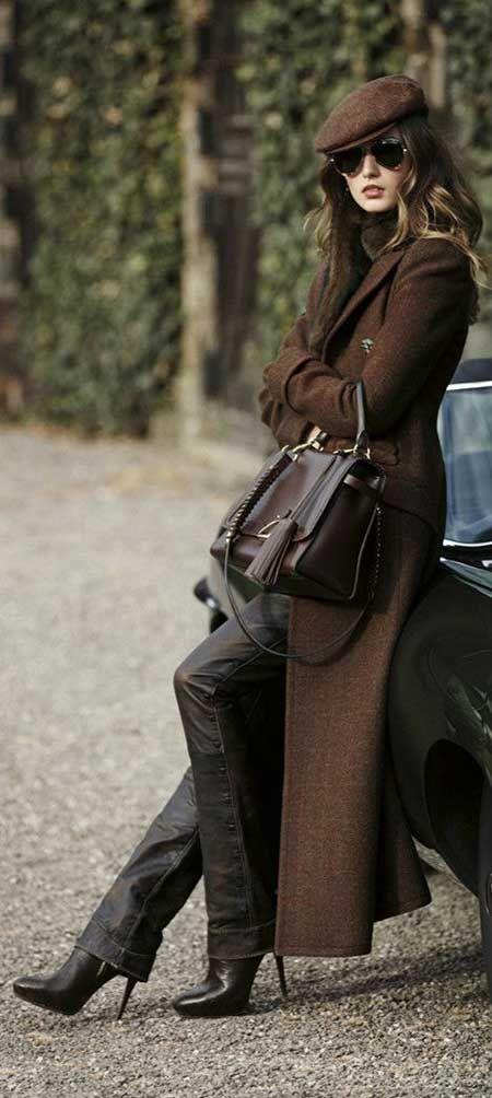 Kahverengi şapka, uzun palto, siyah boru kesim pantolon, ince topuklu çizmeler...