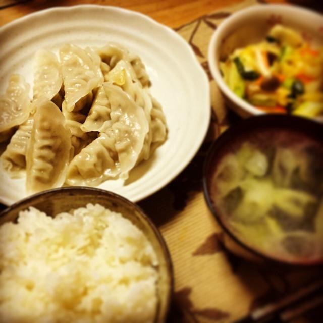 餃子(冷凍)、中華風ラー油野菜炒め、ネギとワカメの中華スープ。餃子モチモチ(o^^o) - 6件のもぐもぐ - 晩ごはん by yusukes