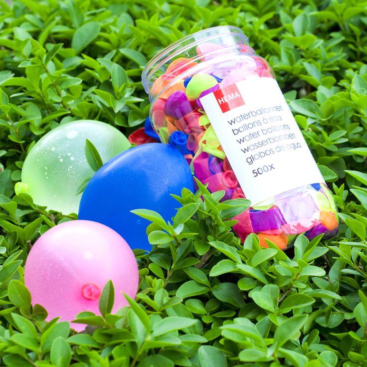 Het is lekker weer buiten, tijd om een watergevecht aan te gaan! #HEMA #buitenspelen #zomer #waterballon