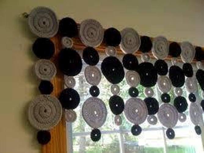 siyah gri renkli halkalı örgü salon perdesi modeli