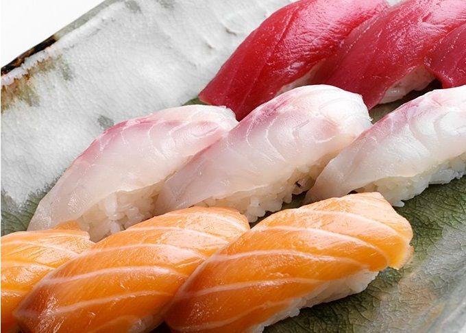 I nigiri sushi misto sono polpettine di riso per sushi ricoperte da sottili fettine di pesce crudo freschissimo (salmone, tonno, orata, dentice) accompagnate da wasabi, zenzero sottaceto e salsa di soia.