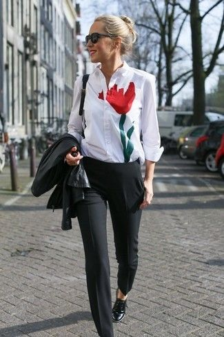 Una chaqueta de cuero negra y un pantalón de vestir negro son apropiados para eventos casuales y el día a día. Zapatos oxford de cuero negros son una opción inmejorable para complementar tu atuendo.
