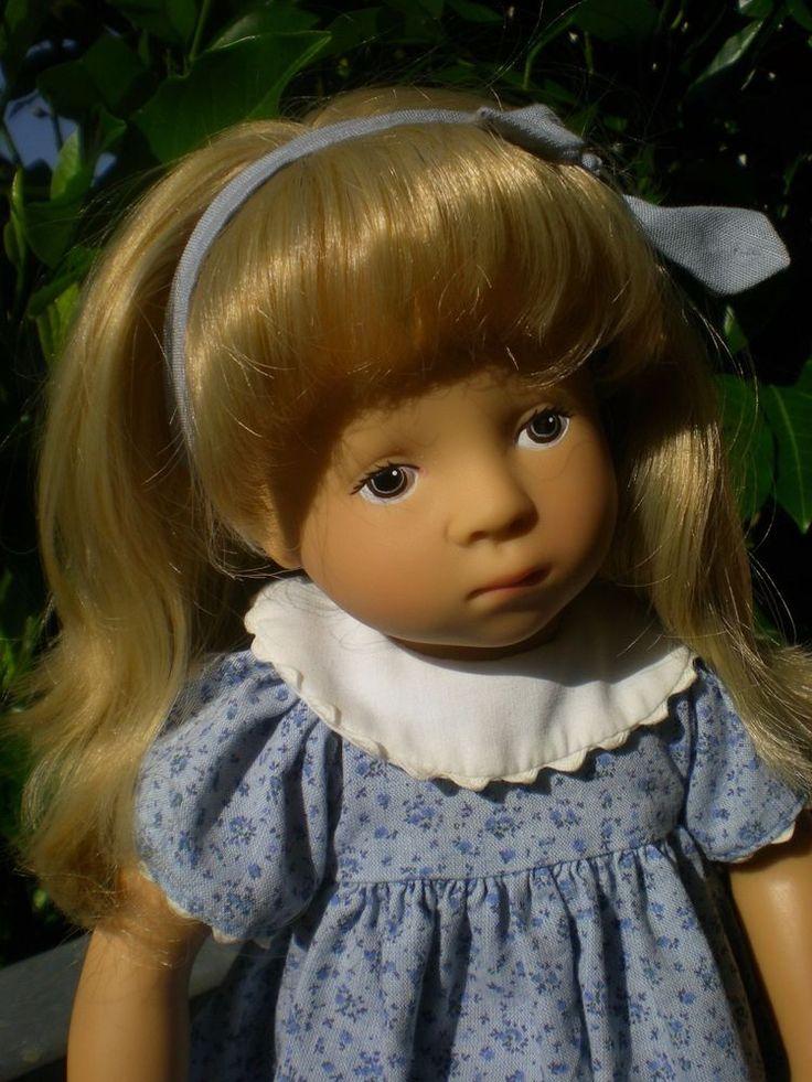 Diese Götz Puppe von Sylvia Natterer im blauen Kleid ist ca. 36 cm groß aus dem Jahr 1991. Die Puppe hat blonde Haare und braune gemalte Augen. Sie ist ganz aus Vinyl, hat Kugelgelenke, es ist eine Gelenkstehpuppe, Gewicht ca. 500 g. Mit Götz Puppenkleidung und NICIPlüschtierchen. | eBay!