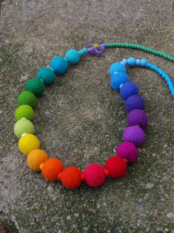 Like the color gradation on this beaded felted rainbow necklace from @Yvette Schreiber on Etsy