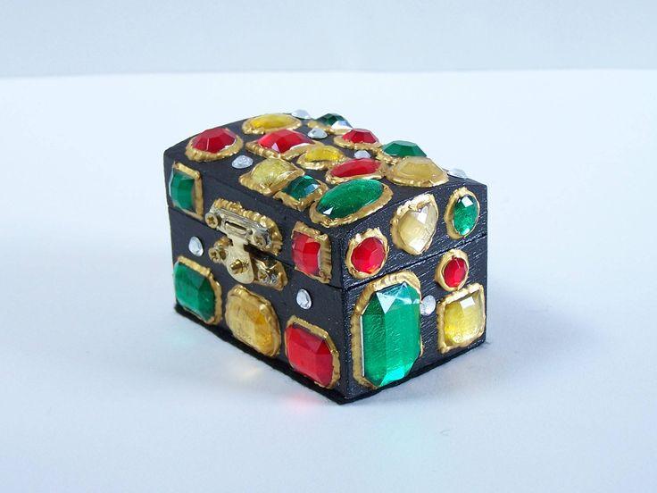"""Petit coffret en bois décoré boite noire recouvertes de """"pierreries"""" serties de la boutique MyFrenchWorkshop sur Etsy"""
