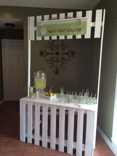 limonada natural con botellas y etiquetas personalizadas.