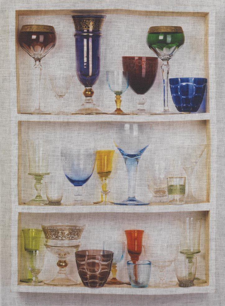 Canovaccio in puro lino stampato.  Nella incantevole dispensa sono stati riposti i bicchieri con forme e colori diversi, pronti per uno spumeggiante buffet.  La fibra del lino ha una bassissima elasticità, pertanto i tessuti in lino non si deformano.  Non è peloso per cui, usato come canovaccio in cucina, non lascia peli su piatti e bicchieri.  www.imel4.com #cucina #tessili #lino #design #casa