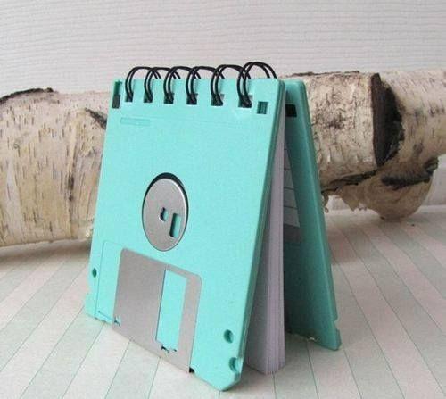 Que tal mexer nos nas sacolas dos objetos antigos e transformá-los em outros, com novas utilidades? Destacamos aqui novas ideias de reuso de fitas k7, disquetes e muito mais. 1. Relógio de Playmobil 2. Bolsinha de Fita K7 3. Cabideiro de Pebolim 4. Bloquinho com capa de disquete