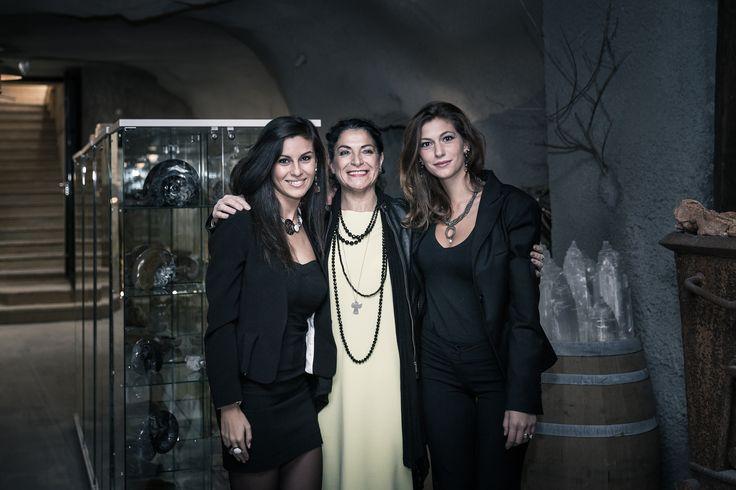 la designr RosamariaVenetucci con le ragazze immagine che indossano i suoi gioielli