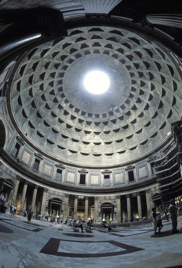 El interior del Panteón, el edificio más antiguo en forma de cúpula. Fue construido por Adriano 118-125 A.D.