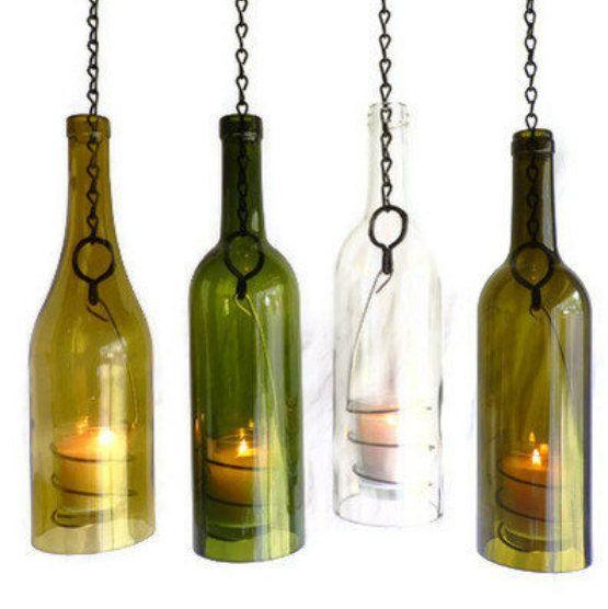 LANTERNAS DE VINHO Feitas com garrafas de vinho usadas, de 750 ml, as lanternas  são cortadas a mão e meticulosamente lixadas. Cada peça feita à mão apresenta um fio espiral que segura um votiva de vidro onde se insere uma vela. As lanternas de garrafa de vinho estão pendurados com um anel de metal sólido e elemento da cadeia que permite a suspensão fácil.