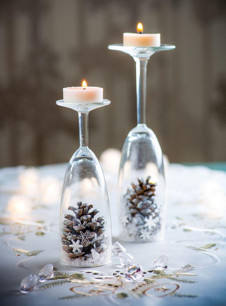 Teplo a světlo svíček navodí tu správnou vánoční atmosféru, a proto by ve vaší domácnosti neměly chybět krásné svícny. Originální si můžete podle našeho vzoru vyrobit i ze skleniček na víno nebo sekt!