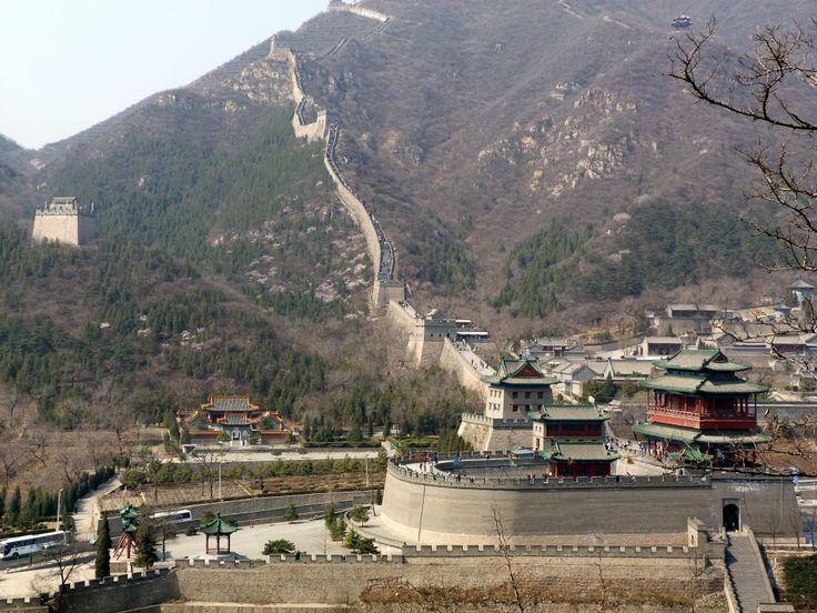 Bij de naam 'Muur' wordt in eerste instantie vaak gedacht aan die van Berlijn. Maar die valt in het niet bij de echte Grote Muur, die in China. Tussen de twee is overigens een wezenlijk verschil: de één moest de mensen binnen houden, de ander juist buiten.