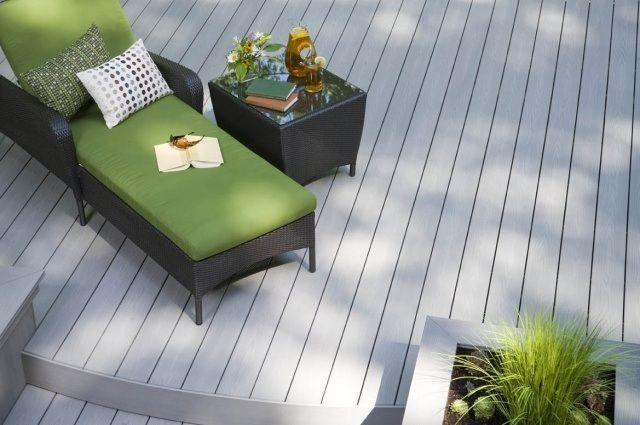 terrasse en bois composite gris et chaise longue en résine noire