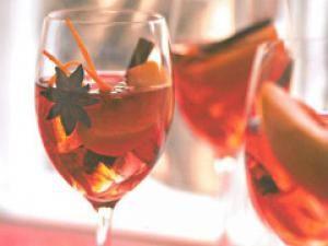 Cocktail de pêches au vin et aux épices