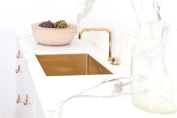 Köksinspiration - Vitt kök i trä i luckan Metro. Köket har en lyxig känsla med diskho och kran i mässing. Köket är från Ballingslöv.