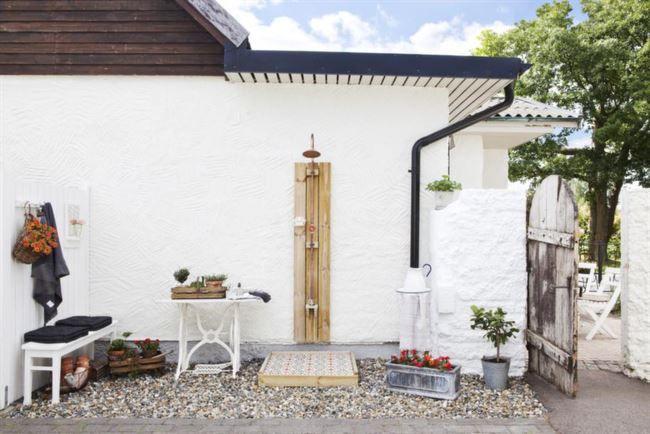 Rustikt. Duschdelen ligger alldeles intill huset. Den åldrade trädörren skapar en skön Medelhavsskänsla.