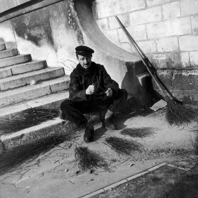 Robert Doisneau.      Le balayeur des rues