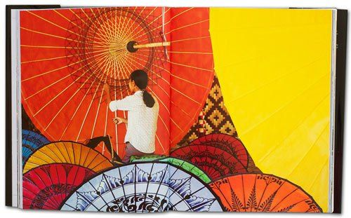 Die farbenfrohen Regen- und Sonnenschirme aus Pathein sind landesweit berühmt und auch ein beliebtes Souvenir und Mitbringsel aus Myanmar. Anfangs, vor mehr als 100 Jahren, wurden sie aus Papier gefertigt. Heute bestehen sie überwiegend aus Seide, Satin oder Baumwolle, und die Halte- und Spannkonstruktion aus Bambus.   Foto aus dem Premium Bildband Südostasien mit Burma (Myanmar), Thailand, Vietnam, Laos und Kambodscha von Mario Weigt