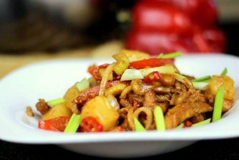 Wieprzowina w Sosie Słodko Kwaśnym - przepis na dość proste i pyszne danie ze schabu, świeżych warzyw i owoców. Kwintesencja kuchni chińskiej. Smakowało? Nie zapomnij Skomentować:) Wykorzystane składniki oraz Sposób przygotowania Znajdziesz na stronie