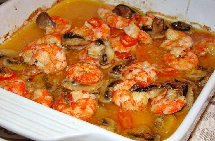 Camarão assado no forno com Cogumelos em Molho bem Guloso       Ingredientes:      - Camarões;   - Azeite;   - 1 malagueta;   - Cogumelos ...