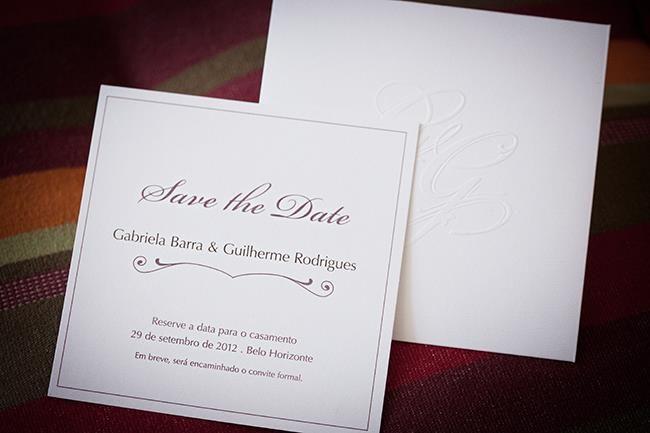 Save the Date com tipografia em papel Markatto Stile Bianco e monograma em relevo seco no envelope.  ID Wedding - casamento - noiva - bride - inspiration