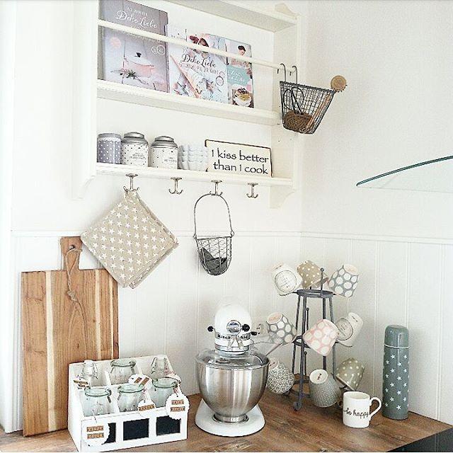 Huhuuu... guten Morgen! Nach der Arbeit geht es für mich kurz zum Einkauf und dann ab ins Woooochenende. Ich hoffe ihr könnt es auch genießen und startet gut in den Tag☺. Drüüück euch ihr Liiiiieben. #whiteliving #schwedenhaus #küche #ikea #iblaursen #moster_d #greengateofficial #cups #indeglueck_kornelimuenster #tafelgut #bellisimowebshop #behappy #eulenschnitt #kitchenaid #dekoliebe #gutenmorgen