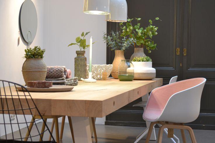 Dani tafel van www.houtmerk.nl, AAC kuipstoeltje van Hay, draadstoel van Pastoe en Serax vazen & potten