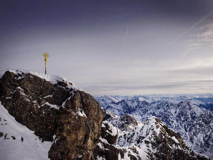 Das Gipfelkreuz steht auf der Zugspitze in Grainau