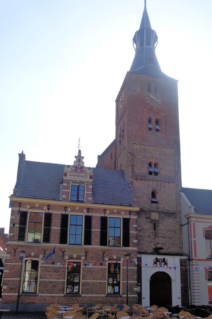De Andreaskerk heeft een 17e-eeuwse torenspits. De toren zelf heeft een romaanse tufstenen onderbouw uit de 12e of vroeg-13e eeuw.  De bouw van een kerk op deze plek begon in 1176; dit kerkje werd echter – met uitzondering van de toren - rond 1425 door brand verwoest. De huidige kerk werd vanaf 1480 in fases gebouwd in gotische stijl. In de kerk ligt het graf van Ridder van Bamberg, die in 1522 bij Steenwijk sneuvelde voor de Gelderse zaak.