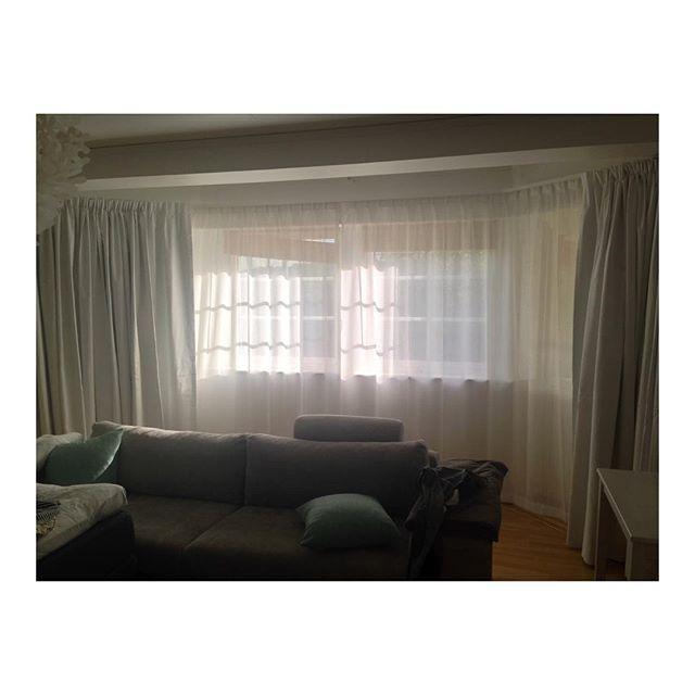 Parallella skenor böjda efter fönstren.  Blackout från @designersguildsweden Lorenzo Alta 2124 färg 01 samt tunn vit voile från Lancelot, Fastello färg 01.